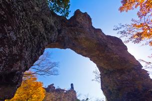 秋の妙義山の第四石門と大砲岩を望むの写真素材 [FYI02651750]