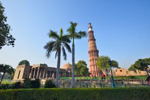 インドで一番高い塔があるクトゥブ・ミナールの複合建築群の写真素材 [FYI02651769]