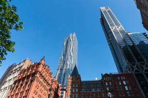 ロワーマンハッタンの歴史的な建物の後ろに建つビークマンタワーの写真素材 [FYI02651773]