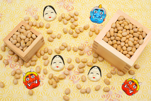 枡に入った煎り大豆とお多福、赤鬼青鬼のお面の写真素材 [FYI02651855]