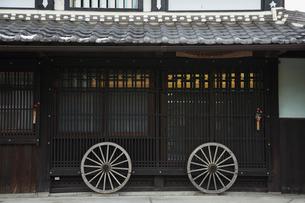 中山道柏原宿の格子と第八車の車輪の家の前の写真素材 [FYI02651873]