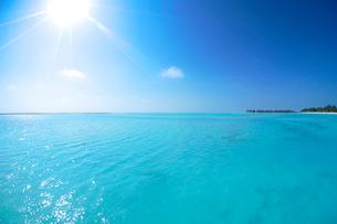 水上バンガローと海と太陽の写真素材 [FYI02651884]