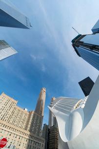 新設されたパストレイン ワールド トレードセンター駅とロワーマンハッタン高層ビル群の写真素材 [FYI02651923]