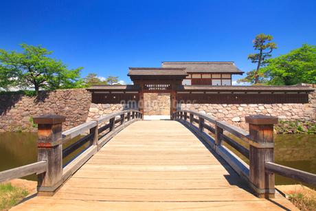 松代城跡の櫓門と木橋の写真素材 [FYI02651934]