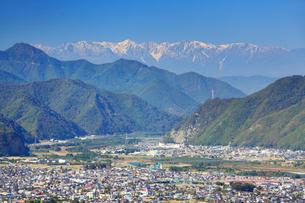 小牧城上の城から望む冠着山と白馬連峰と上田市街の写真素材 [FYI02651954]