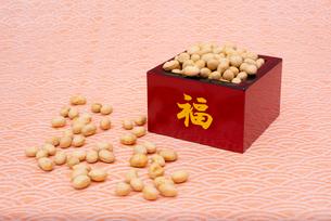 福の文字付の枡に入った煎り大豆の写真素材 [FYI02651965]