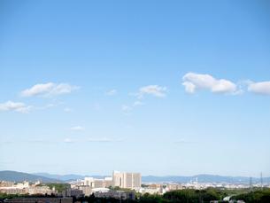 青空と街と遠くの山々の写真素材 [FYI02652060]