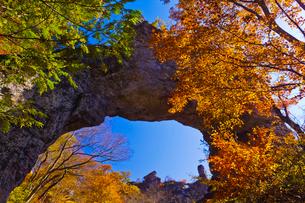 秋の妙義山の第四石門と大砲岩を望むの写真素材 [FYI02652291]