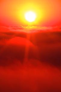 佐久方向の雲海と朝日の写真素材 [FYI02652322]