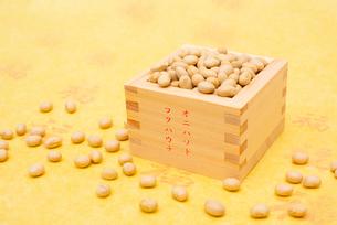 オニハソトフクハウチの文字付の枡に入った煎り大豆の写真素材 [FYI02652343]