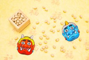 枡に入った煎り大豆と赤鬼青鬼のお面の写真素材 [FYI02652354]