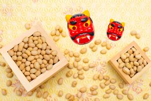枡に入った煎り大豆と赤鬼のお面の写真素材 [FYI02652383]