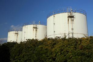 港にある重油タンクの写真素材 [FYI02652390]