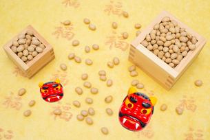 枡に入った煎り大豆と赤鬼のお面の写真素材 [FYI02652392]