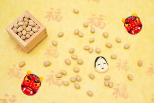 枡に入った煎り大豆とお多福、赤鬼のお面の写真素材 [FYI02652408]
