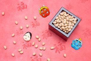 枡に入った煎り大豆とお多福、赤鬼青鬼のお面の写真素材 [FYI02652413]