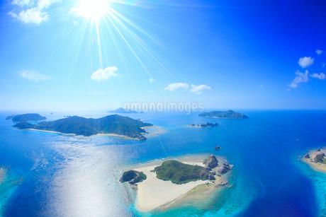 嘉比島など慶良間諸島の空撮と太陽の光芒の写真素材 [FYI02652419]