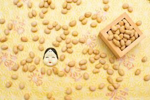 枡に入った煎り大豆とお多福のお面の写真素材 [FYI02652451]