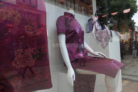 ガラスに映るピンクのドレスの写真素材 [FYI02652452]