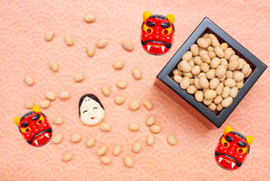 枡に入った煎り大豆とお多福、赤鬼のお面の写真素材 [FYI02652473]