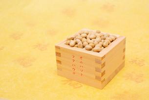 オニハソトフクハウチの文字付の枡に入った煎り大豆の写真素材 [FYI02652615]