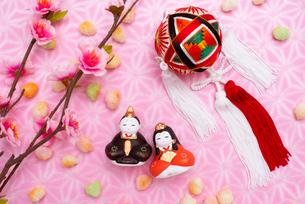 雛人形と桃の花,ひなあられ,吊るし手毬の写真素材 [FYI02652623]