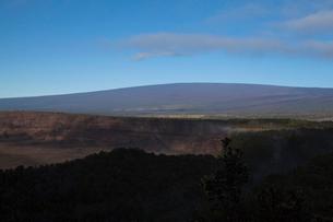 ハワイ島 キラウエア火山からマウナロアを望むの写真素材 [FYI02652633]