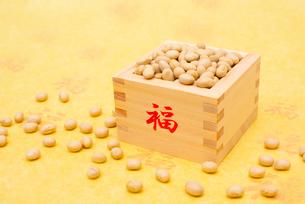 福の文字付の枡に入った煎り大豆の写真素材 [FYI02652645]