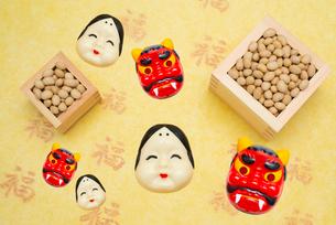 枡に入った煎り大豆とお多福、赤鬼のお面の写真素材 [FYI02652659]
