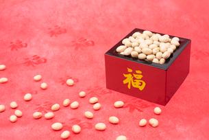 福の文字付の枡に入った煎り大豆の写真素材 [FYI02652660]