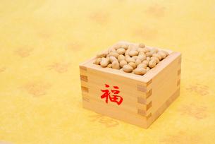福の文字付の枡に入った煎り大豆の写真素材 [FYI02652661]