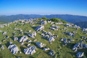 四国カルストの石灰岩群と笠取山などの山並みの写真素材 [FYI02652707]