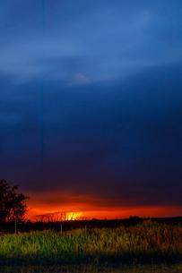 ハワイ島レイラニ地区の噴火口の火映をマウンテンビューから望むの写真素材 [FYI02652723]