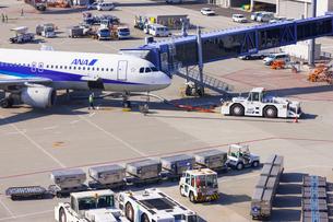 空港で働く車 の写真素材 [FYI02652731]