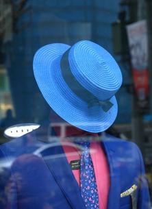ガラスに映る青い帽子とネクタイとスーツの写真素材 [FYI02652741]