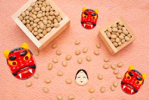 枡に入った煎り大豆とお多福、赤鬼のお面の写真素材 [FYI02652744]