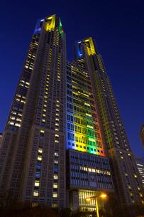 五輪招致ライトアップの東京都庁舎の写真素材 [FYI02652751]