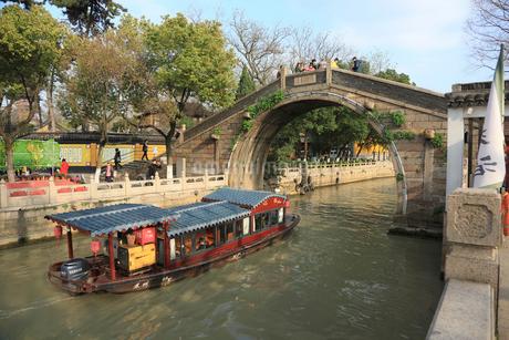 蘇州 寒山寺風景区江村橋をゆく観光船の写真素材 [FYI02652764]