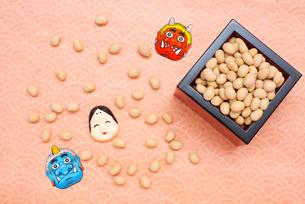 枡に入った煎り大豆とお多福、赤鬼青鬼のお面の写真素材 [FYI02652774]