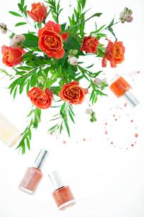花束とマニキュアの写真素材 [FYI02652782]