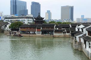 蘇州 運河と朝宗閣とビルの写真素材 [FYI02652786]