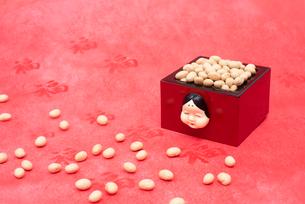 お多福のお面付の枡に入った煎り大豆の写真素材 [FYI02652790]