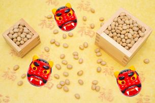 枡に入った煎り大豆と赤鬼のお面の写真素材 [FYI02652828]