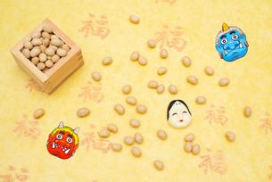 枡に入った煎り大豆とお多福、赤鬼青鬼のお面の写真素材 [FYI02652833]