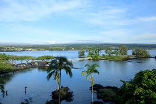 ヒロ湾からココナッツアイランドとマウナケアを望むの写真素材 [FYI02652846]