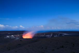 ハワイ火山国立公園のハレマウマウ火口の写真素材 [FYI02652864]
