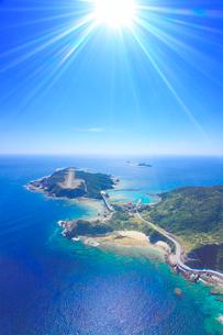 慶留間島など慶良間諸島と慶良間空港の空撮と太陽の光芒の写真素材 [FYI02652865]