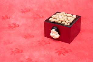 お多福のお面付の枡に入った煎り大豆の写真素材 [FYI02652899]