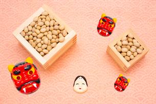 枡に入った煎り大豆とお多福、赤鬼のお面の写真素材 [FYI02652905]