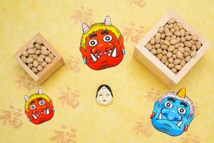 枡に入った煎り大豆とお多福、赤鬼青鬼のお面の写真素材 [FYI02652943]